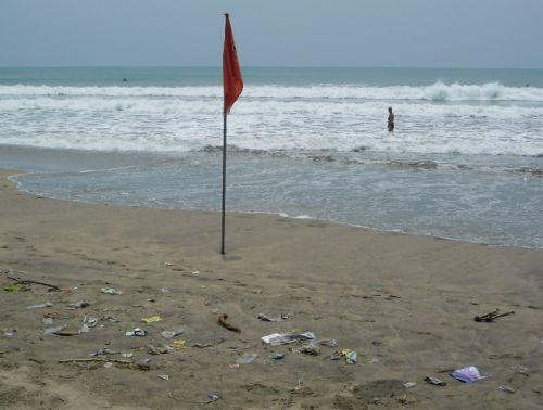 Zum Vergleich der Spülsaum in Kuta auf Bali, wo kleine Plastiktüten besonders häufig sind.